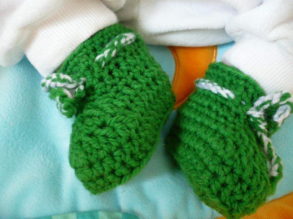 grüne Babyschuhe gehäkelt