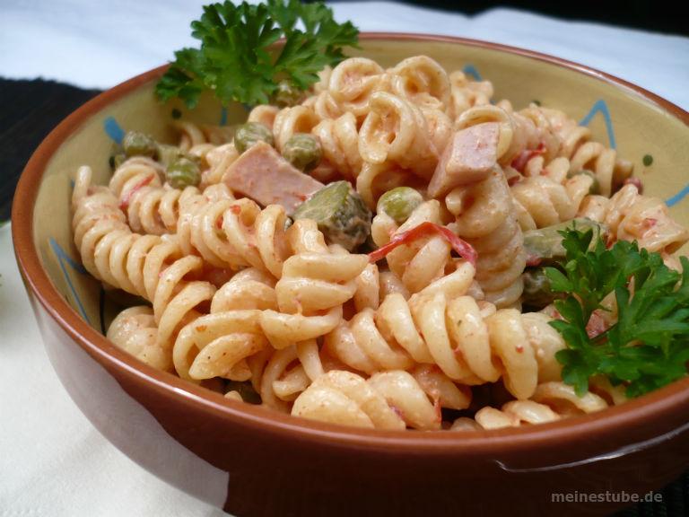 Nudelsalat pikant zubereitet. Mit Fleischwurst, Erbsen und Mayonnaise.
