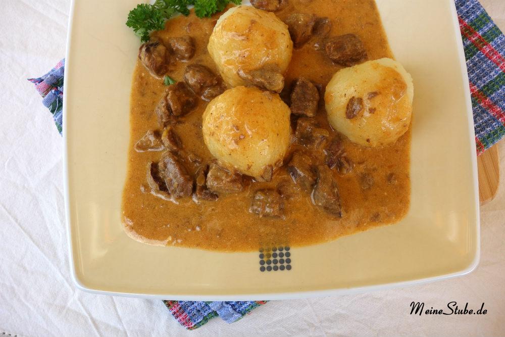 Rahmgulasch im Schnellkochtopf mit Creme Fraiche und Rindfleisch