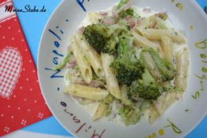 Nudeln in Käse Sahne Brokkoli Soße und Schinken
