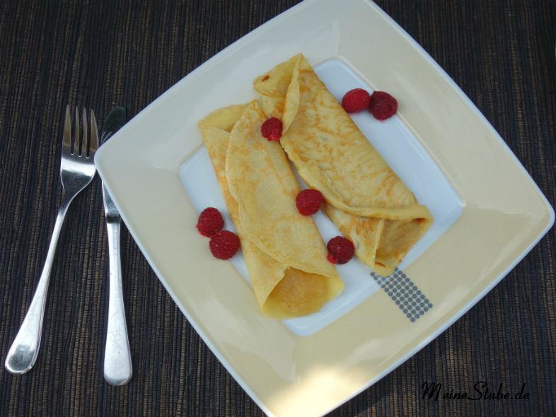 Eierpfannkuchen mit Himbeeren und Apfelmus