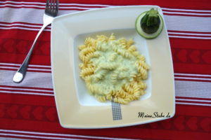 Teller Nudel mit Zucchini Sahne Soße