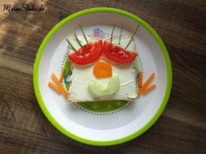 Toast Gesicht mit Frischkäse, Gurke, Tomate, Möhre und Schnittlauch