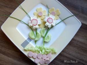 Kreatives Essen für Kinder. Gemüse, Wurst und Toast zu Blumen hergerichtet.