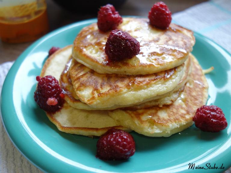 Buttermilch Pancakes, mit Himbeeren und Honig.
