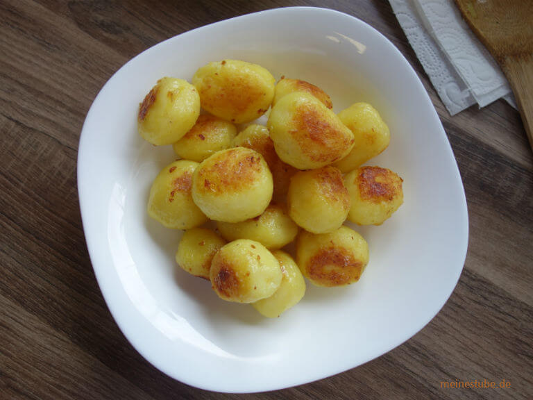 Röstkartoffeln in einer beschichteten Pfanne gebraten und in Zucker karamellisiert.