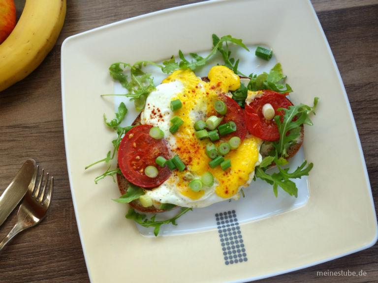 Spiegelei-Brot mit Rucola und Tomaten