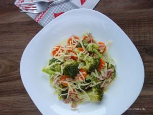 Brokkoli-Möhren-Gemüse mit Schinken und Käse