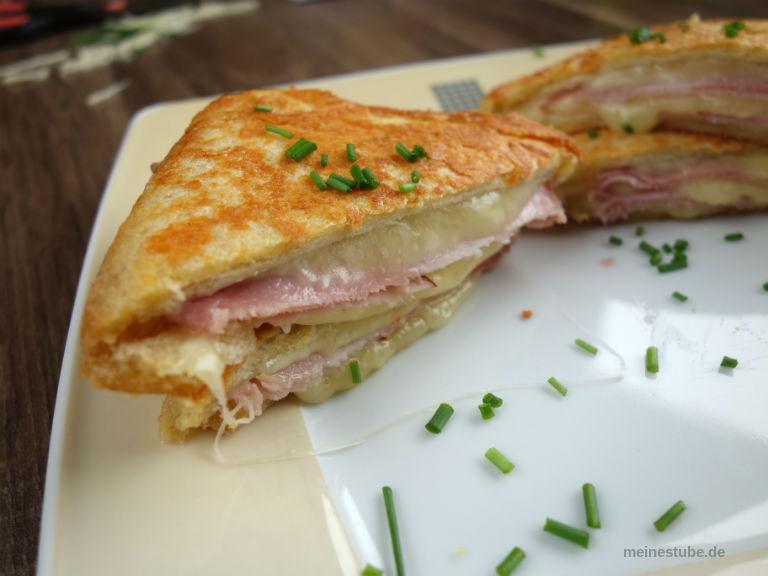 Sandwiches mit Parmesan Kruste, gefüllt mit Schinken und Käse