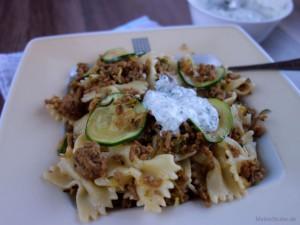 Türkische Pasta mit Joghurt-Knoblauch-Sauce, Zucchini und Hackfleisch.