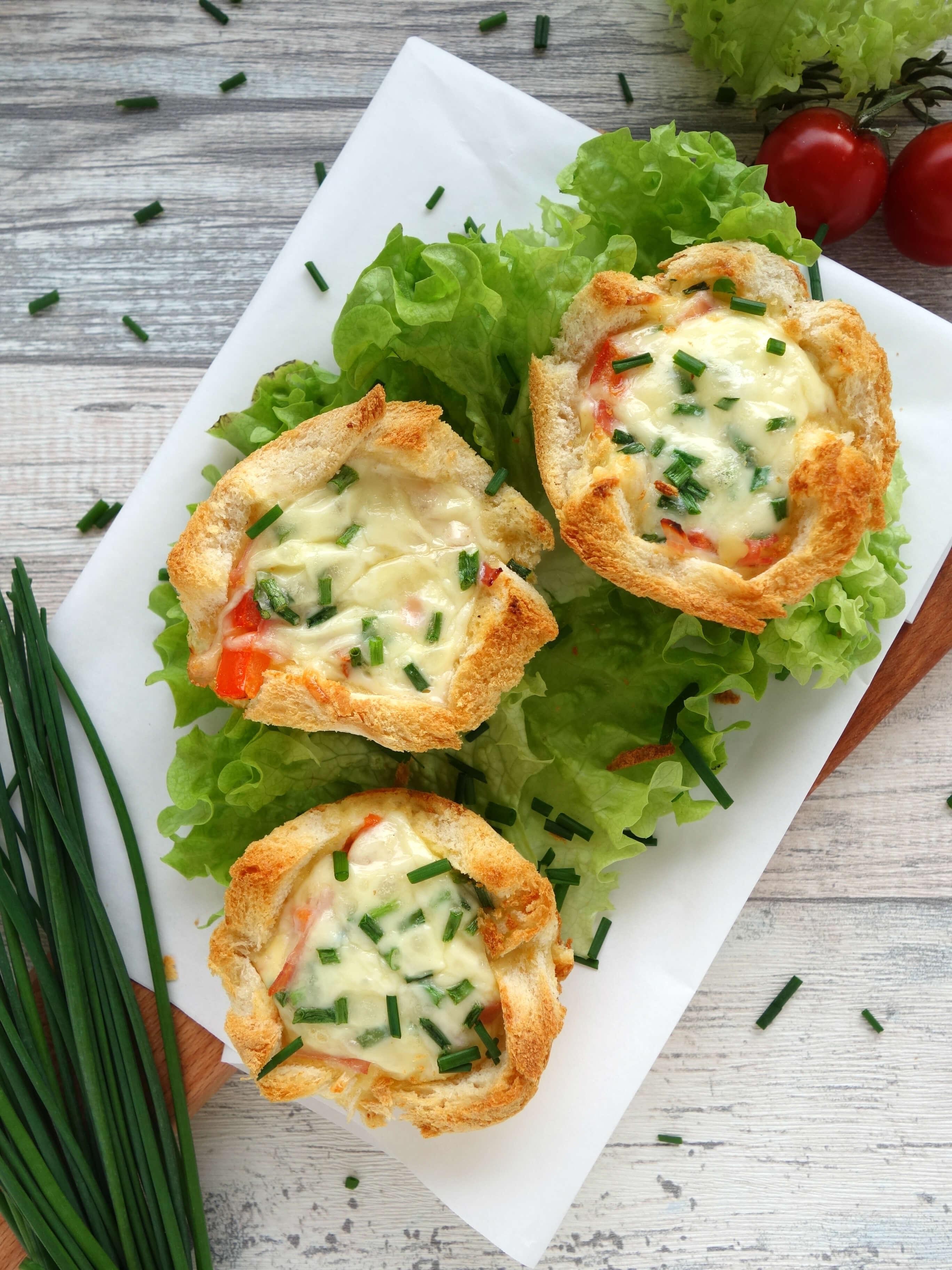 Toast-Törtchen mit Tomate, Schinken, Ei und Käse