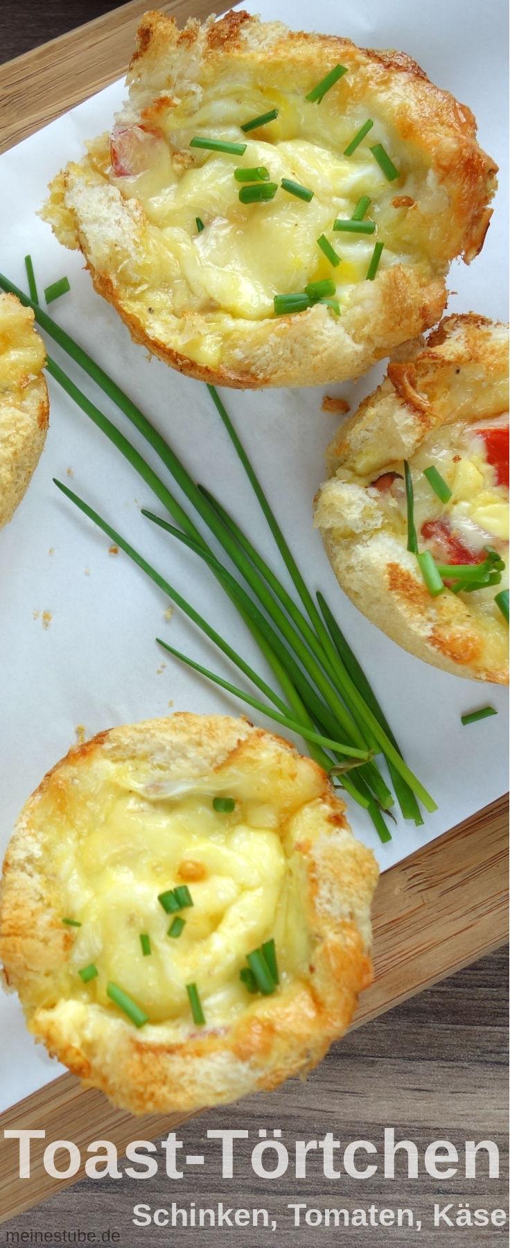 Toast-Törtchen mit Tomaten und Schinken und Ei, mit Käse überbacken.