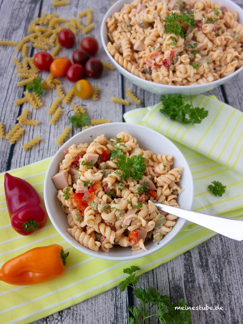 Rezept für einen pikanten Salat mit Nudeln, perfekt als Grillbeilage - meinestube