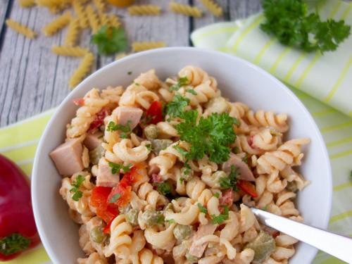 Nudelsalat pikant, ideale Beilage zu Grillfleisch