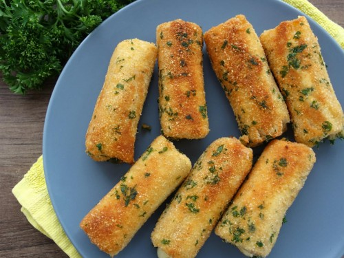 Käse-Schinen-Röllchen in Toast eingewickelt