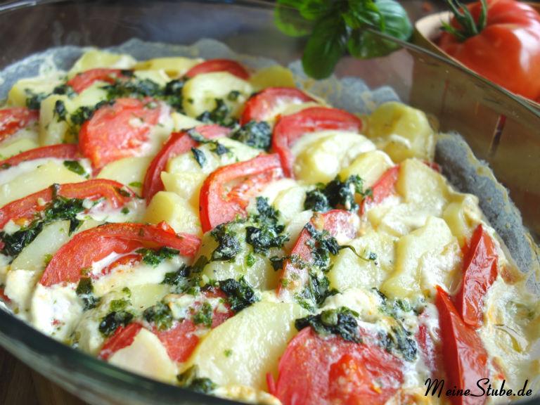 Tomaten-Mozzarella-Kartoffel-Gratin, in einer Auflaufform