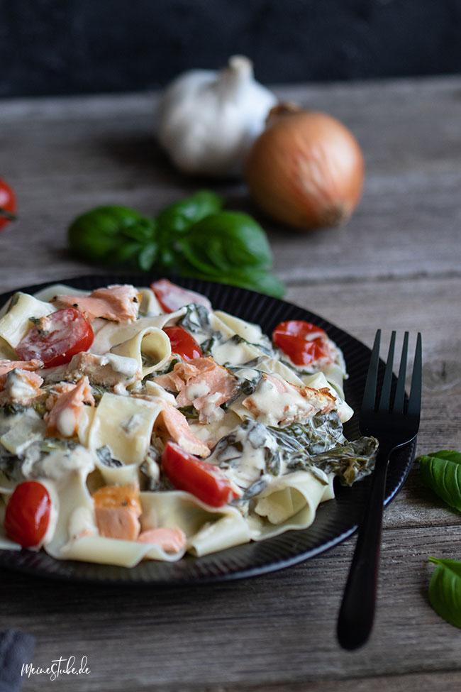 Spinat-Lachs-Pasta in cremiger Soße mit Tomaten von meinestube