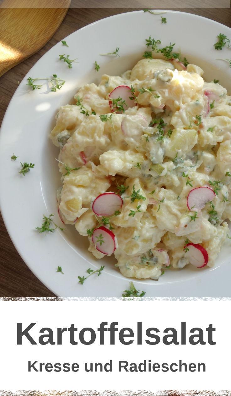 Kartoffelsalat mit Kresse, Gewürzgurken und Radieschen.