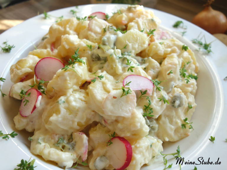 Kartoffelsalat mit Kresse und Radieschen zubereitet.