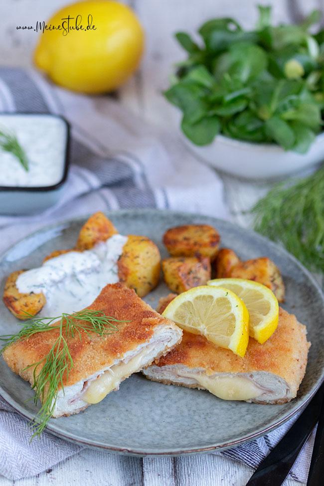 Cordon bleu aufgeschnitten mit Ofenkartoffeln und Dip