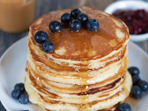 Pancakesmit Buttermilch auf einem Teller gestapelt, meinestube