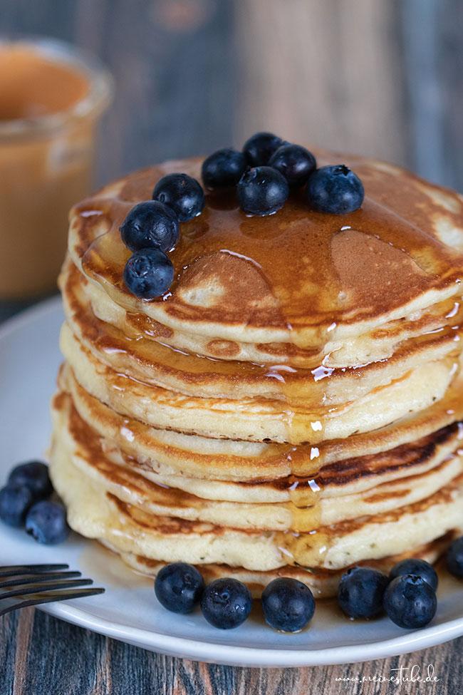 Pancakes mit Buttermilch mit Honig und Ahornsirup, meinestube
