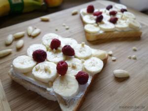 Toast mit Bananenscheiben belegt, mit Joghurt und Frischkäse bestrichen