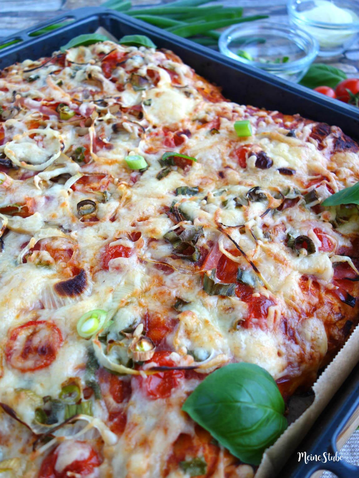 Selbst gemachte Pizza mit dickem und weichem Boden