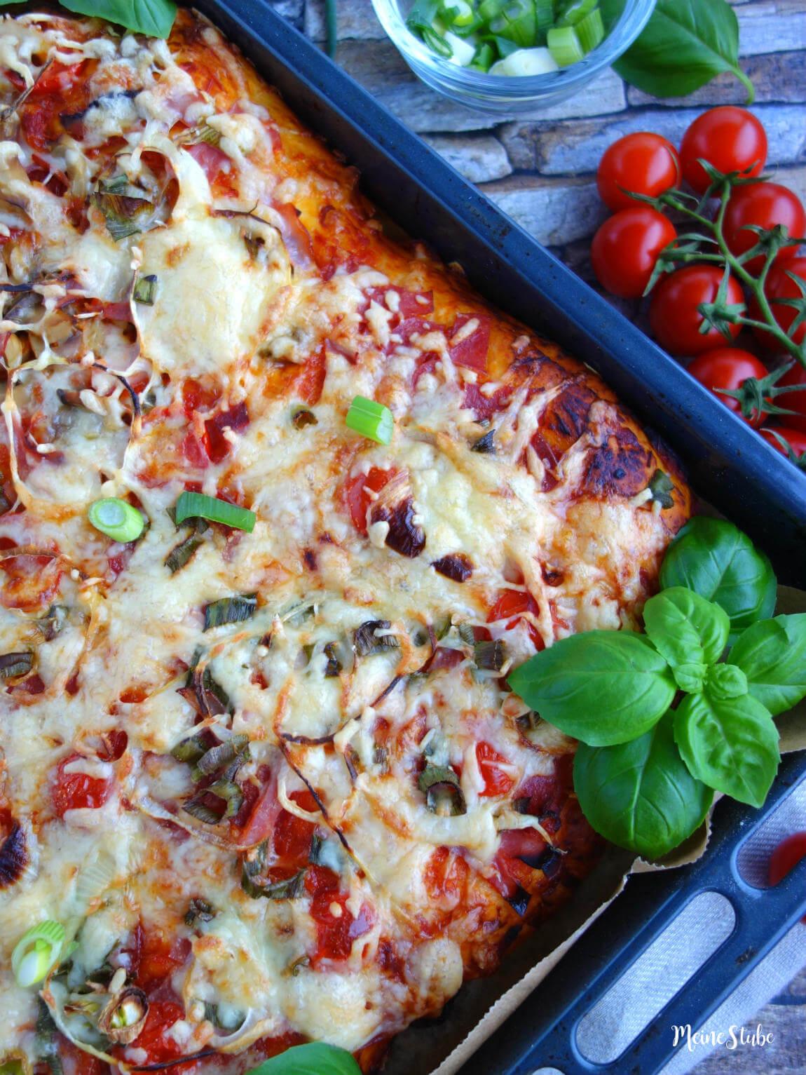 Pizza mit dicken und fluffigem Boden