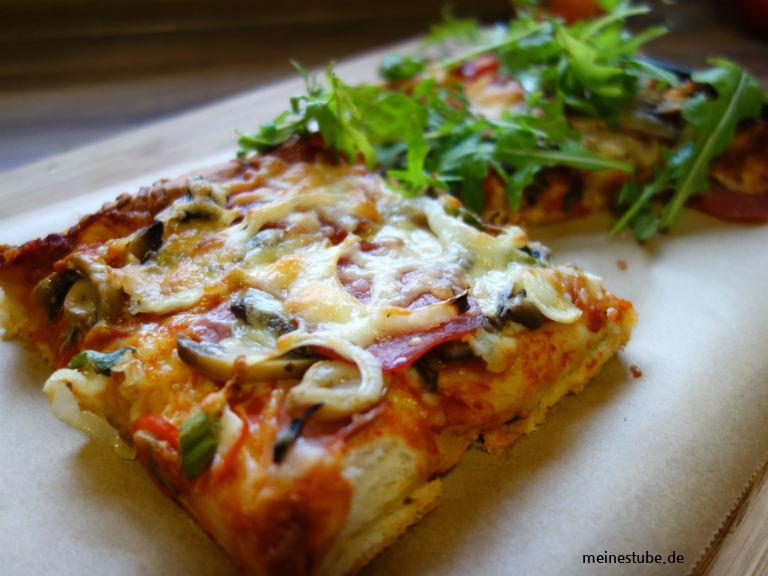 Pizza dick und fluffig kannst du nach Belieben belegen.