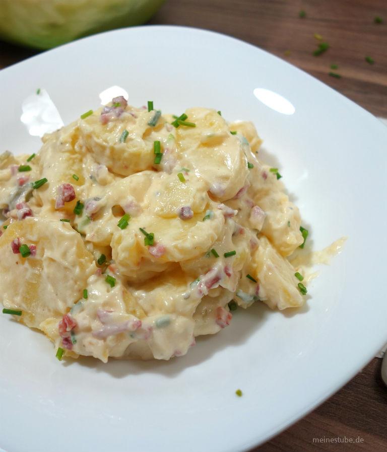Kartoffelsalat mit Speck, Zwiebeln und Mayonnaise zubereitet