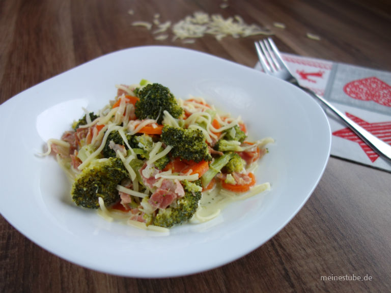 Leckeres Gemüse mit Brokkoli und Möhren. Für den Geschmack noch etwas gedünstete Zwiebeln und Schinken.