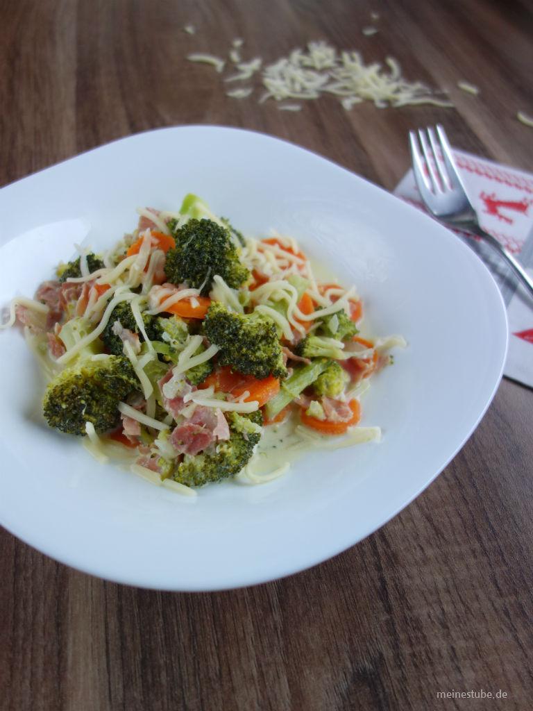 Brokkoli-Moehren-Gemuese auf einem Teller serviert.