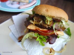 Hamburger Buletten klassisch belegt aber mit gedünsteten Zwiebeln.