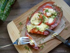 Überbackenes Brot mit Schinken und Tomaten