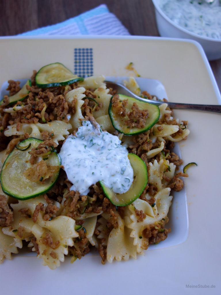Türkische Pasta mit Joghurtsauce und Hackfleisch