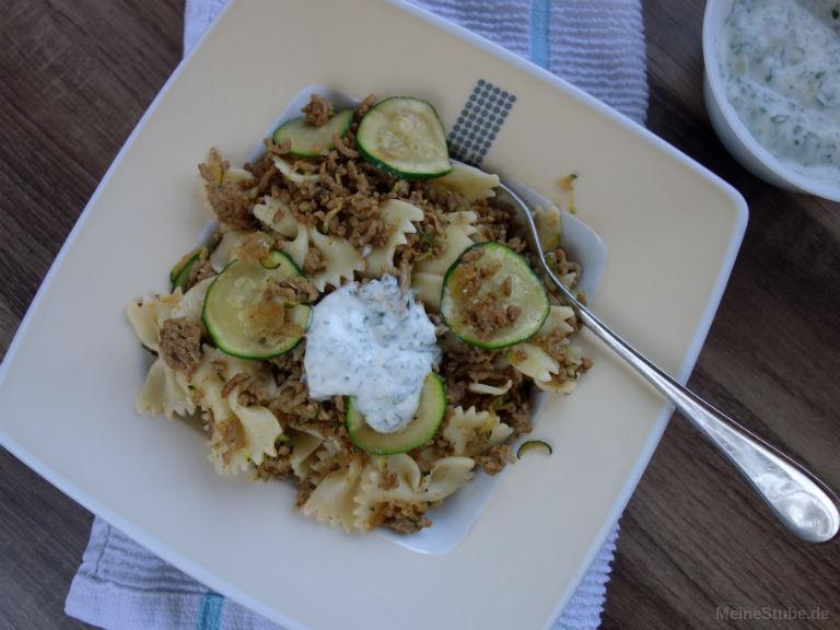 Leckeres Rezept für türkische Pasta mit Zucchini, Hackfleisch und Joghurtsauce