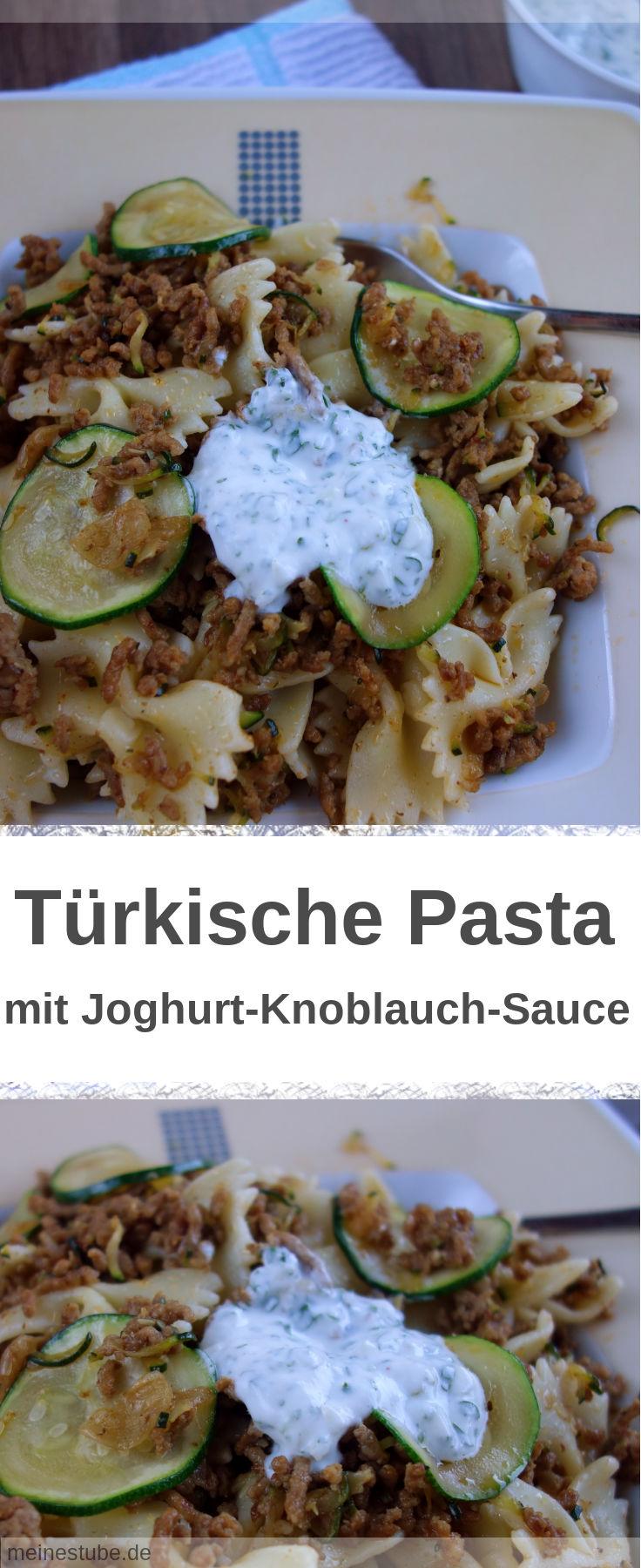 Türkische Pasta mit Hackfleisch und Zucchini und einer Joghurt-Sauce.