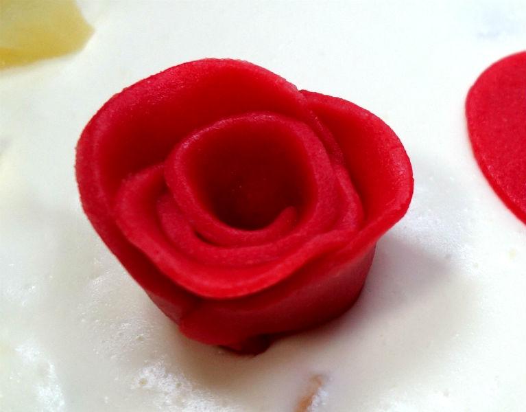 Rote Rose aus Marzipan geformt