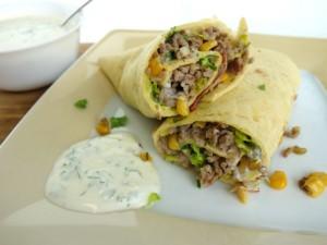 Wrap mit Hackfleisch, Mais, Speck und Salat.