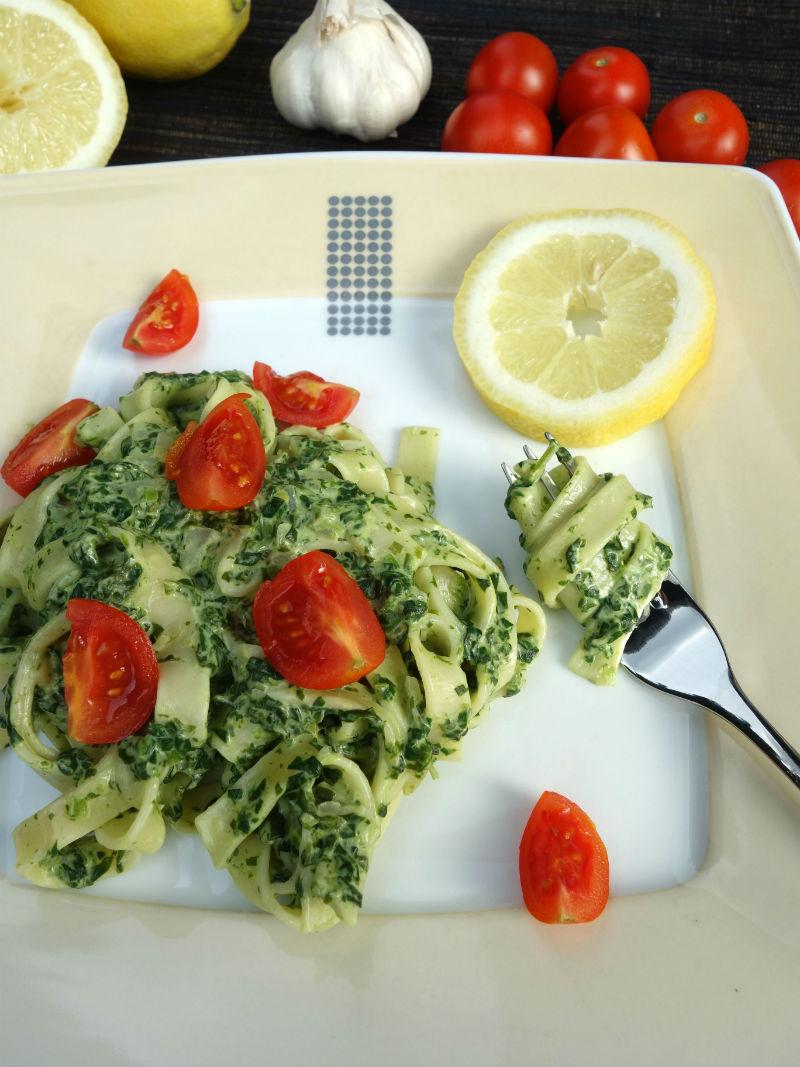 Pasta mit Rahmspinat. Rezept für Nudeln mit Spinat und Tomaten in Frischkäse