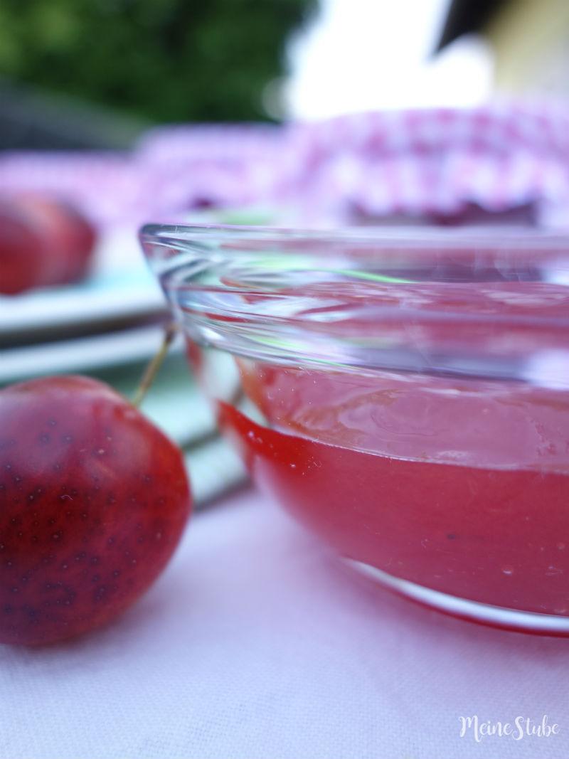 Rote Mirabellen Rezept im roten Glasschälchen