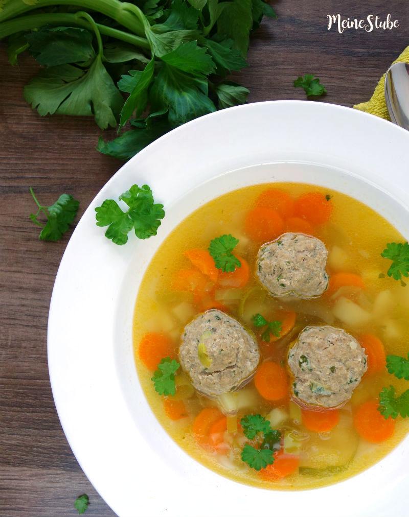 Gemüsesuppe mit großen Hackbällchen