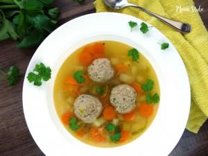 Suppe mit Fleisch in einem Teller