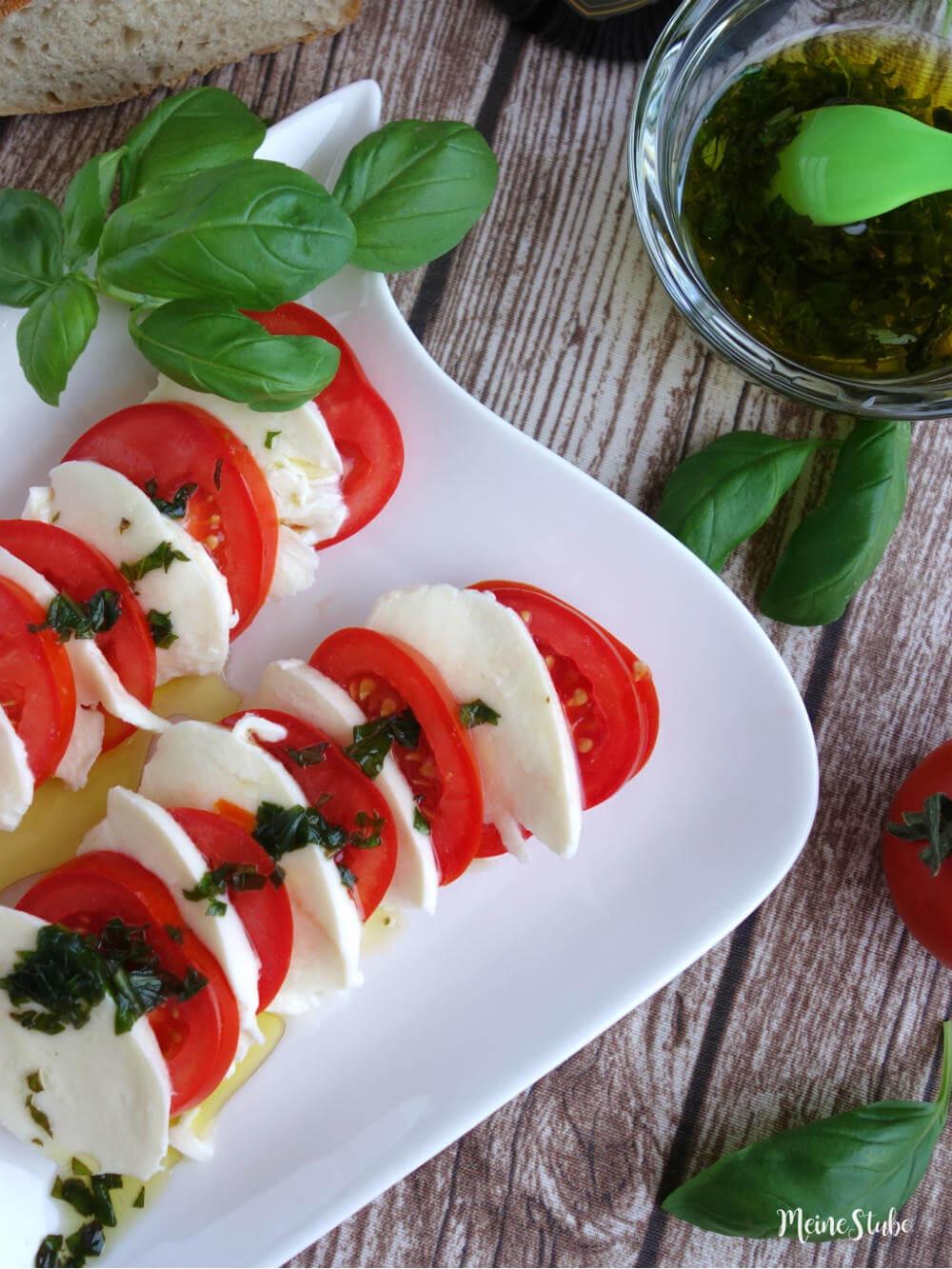 Tomaten-Mozzarella-Salat mit Olivenoel-basilikum-sauce