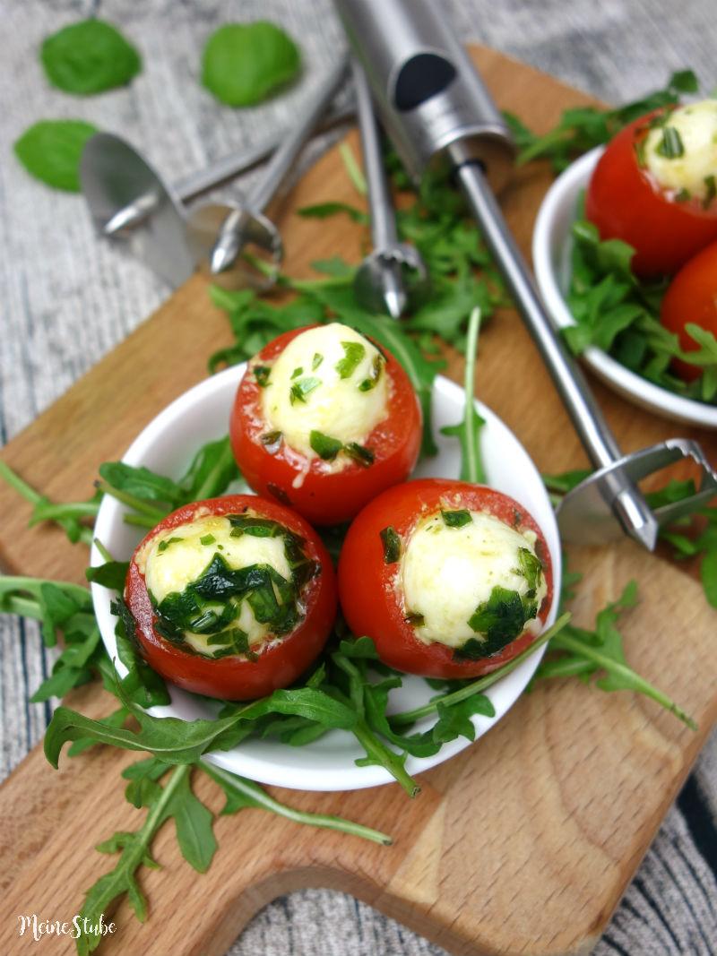 Tomaten aushöhlen und mit Mozzarella befüllen, mit Lurch