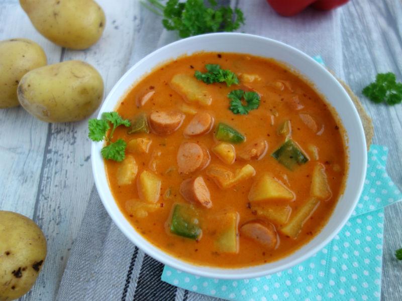 Leckerer Familieneintopf mit Kartoffeln und Würstchen