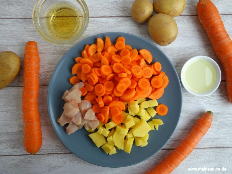Geschnittenes Gemüse für Babybrei mit Kartoffeln und Möhren
