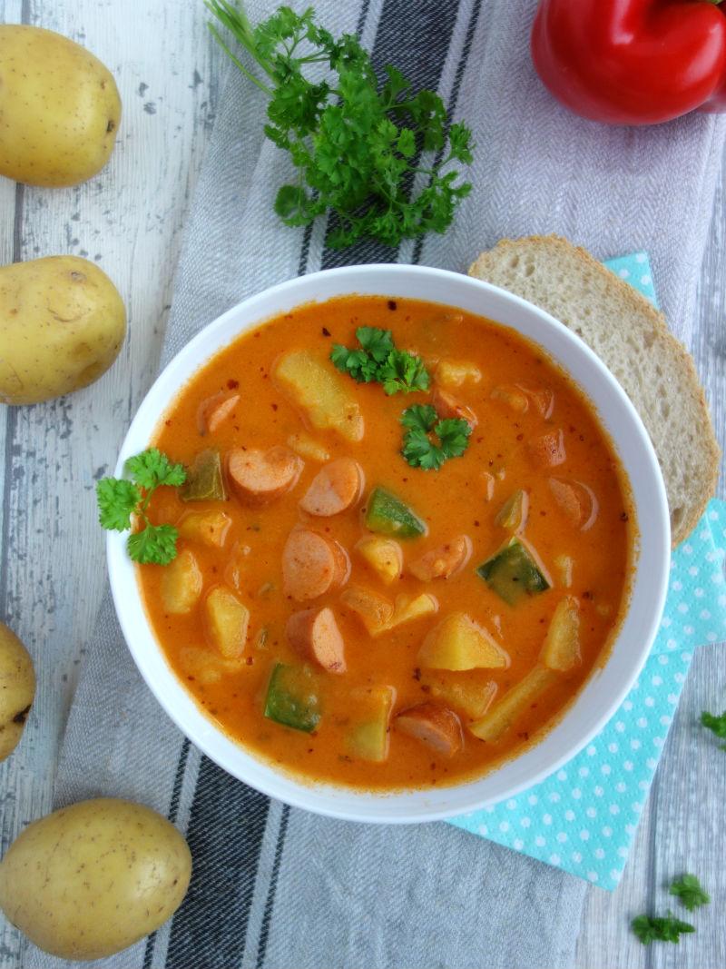 Rezept für Kartoffelgulasch mit Wiener Würstchen