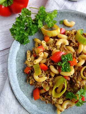 Schnelle Hackfleischpfanne mit Nudeln und Gemüse